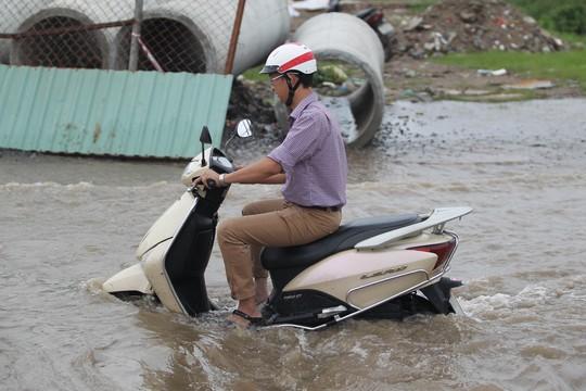 Một số nơi nước ngập cao hơn cả pô xe