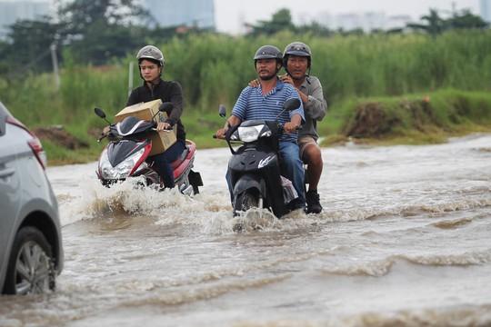 Dù trước đó ngày 28-9 mưa không lớn như ngày 26-9 tuy nhiên đến sáng, nước vẫn ngập trên đường Lương Định Của