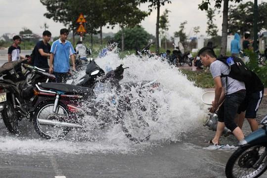 Tận dụng nước hút từ hầm lên để rửa bớt bùn cho xe.