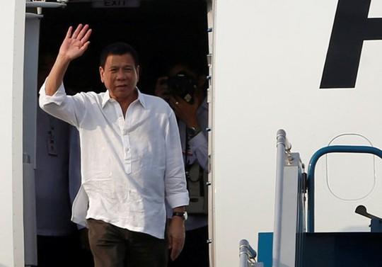 Tổng thống Philippines, ông Rodrigo Duterte tại sân bay Nội Bài (Hà Nội) - Ảnh: Reuters