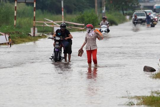 Dù quãng đường chỉ khoảng 3-4 km bị ngập nước, nhưng không ít xe bị chết máy