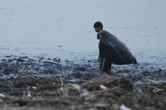 Người dân đi nhặt những chai nhựa, đồng dùng còn sử dụng được