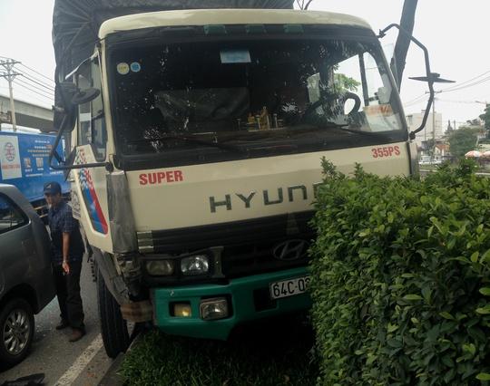 Chiếc xe tải nằm trên dải phân cách