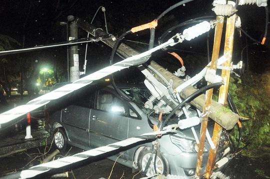 Một chiếc ô tô bị trụ điện gãy đè trúng, may mắn không ai bị thương