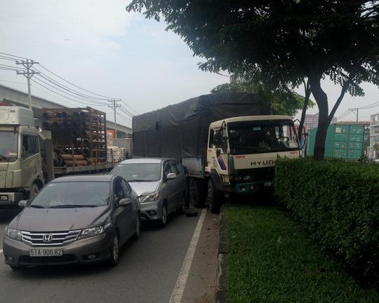 3 chiếc xe dính chùm vào nhau sau vụ va chạm liên hoàn trên xa lộ Hà Nội