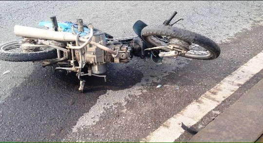 Chiếc xe máy nằm chỏng chơ tại hiện trường
