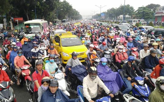 Kẹt xe nghiêm trọng nhất là trên đường Trường Chinh và Cộng Hòa (quận Tân Phú và Tân Bình, TP HCM) – các xe ken đặc mặt đường, nhích từng chút một theo hướng vào trung tâm TP
