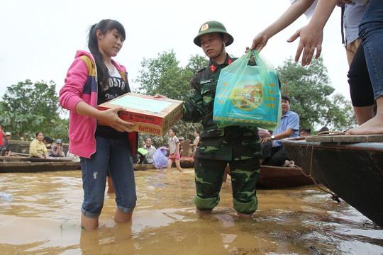 Hiện tại thường xuyên có những đoàn cứu trợ cũng như lực lượng chức năng đến giúp đỡ cho người dân địa phương.