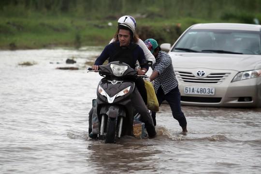 Một số người dân khu vực này còn giúp người đi đường đẩy xe bị chết máy