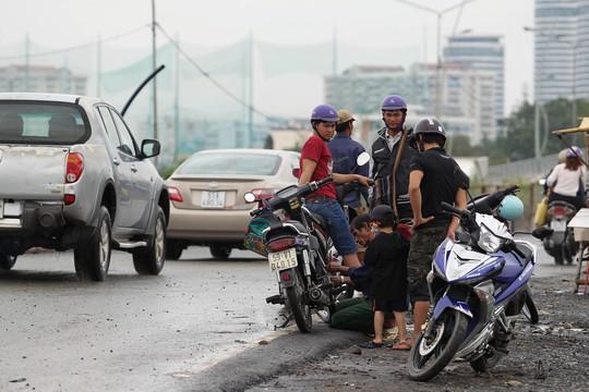 Một hộ dân gần đó cho biết, mỗi sáng có đến cả trăm xe chết máy