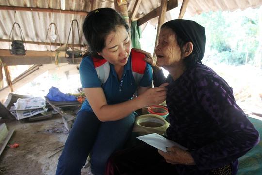 Khi được hỏi bà sẽ làm gì với số tiền 3 triệu đồng của Báo Người Lao Động hỗ trợ cho hoàn cảnh đặc biệt của bà, bà chia sẻ hết sức thật thà bà sẽ dùng số tiền này mua mì tôm để ăn.