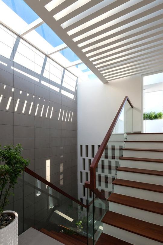 Phần mái kính được bố trí thêm mái hắt bê tông để giảm cường độ nắng.