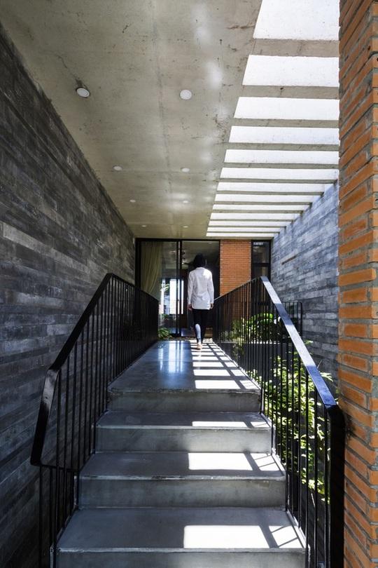 Phần mái hắt trong nhà giúp không gian nhà thêm thoáng và sáng.