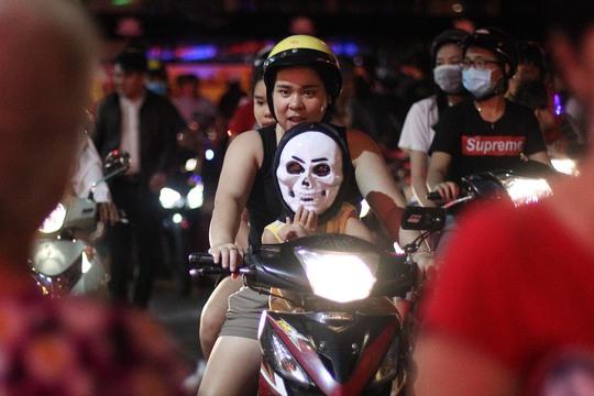 """""""Ma quái"""" ghê rợn xuất hiện khắp nơi trong đêm Halloween Sài Gòn"""