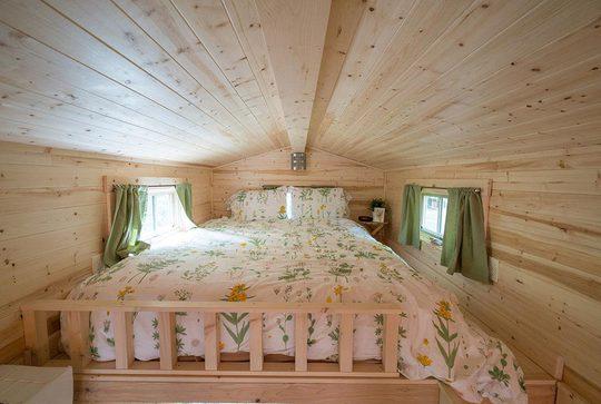 Phòng ngủ thoáng sáng dành cho 2 người trên gác xép