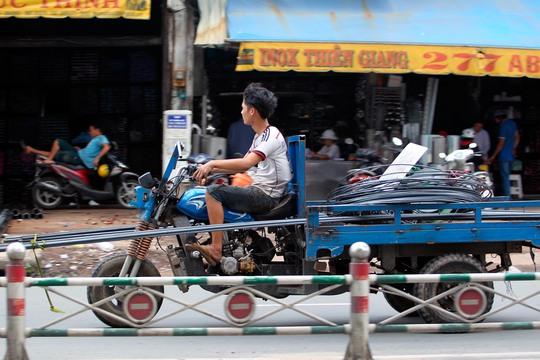 Ở TPHCM, không khó để thấy những chiếc xe thô sơ chở tôn hay sắt thép ngoài đường