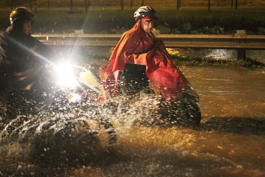 Gần đó, Cầu Vượt Cát Lái cũng lâm vào tình trạng tương tự, khi mưa lớn và triều cường dâng cao