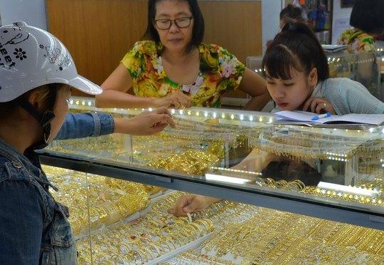 Nhiều tiệm vàng vẫn bỏ lơ các quy định về nhãn mác, tiêu chuẩn hàm lượng vàng theo quy định Ảnh: TẤN THẠNH