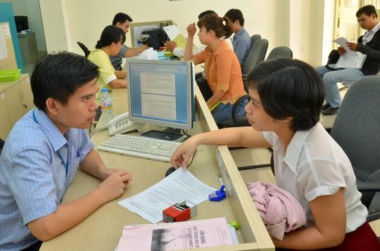 Doanh nghiệp làm thủ tục xin cấp phép đầu tư tại Sở Kế hoạch và Đầu tư TP HCM Ảnh: TẤN THẠNH
