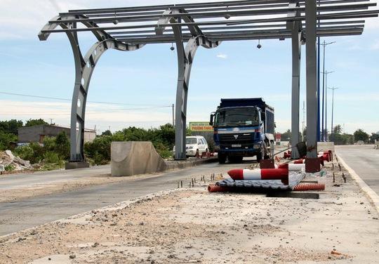 Trạm thu phí giao thông đường bộ thi công dang dở vì người dân không chịu giao đất