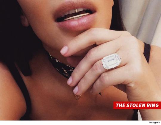 Kim Kardashian khoe nhẫn chồng tặng và bị cướp chỉ 5 ngày sau đó tại Paris