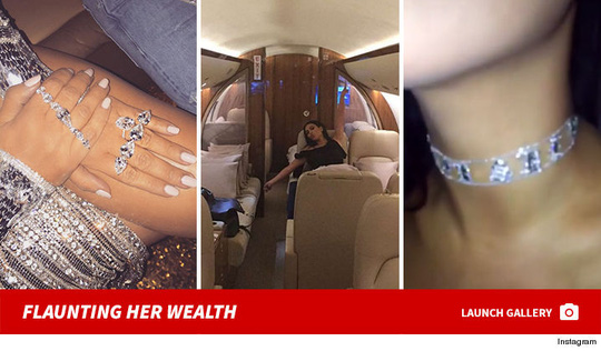 Kim vốn có thói quen khoe trang sức, giày dép, đời tư lên mạng xã hội