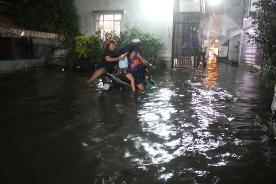 Nước ngập hơn nửa mét ở nhiều tuyến hẻm tại quận Bình Thạnh