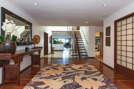 Gian phòng khách hiện đại, với nội thất toàn bằng gỗ cao cấp.