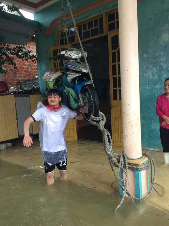 Người dân phải treo xe máy để tránh nước dâng cao hư hỏng phương tiện
