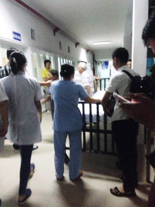 Đêm 21-10 nạn nhân đang được các bác sĩ xét nghiệm để tiến hành phẫu thuật