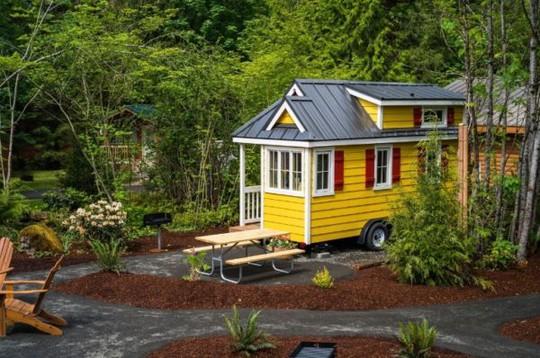 Ngôi nhà nhỏ còn được gắn bánh xe giúp chủ nhà có thể di chuyển đi bất cứ nơi đâu