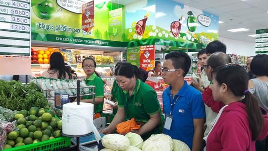 Khách mua hàng tại Co.op Food Thanh Đa trong ngày khai trương Ảnh: VĂN THÔNG