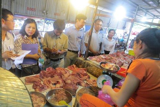 Đoàn liên ngành TP HCM giám sát kinh doanh thực phẩm ở một chợ trên địa bàn