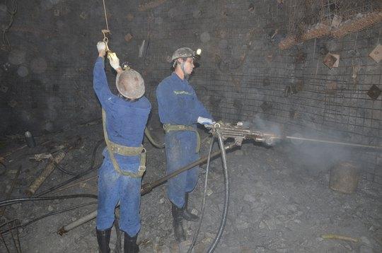 Công nhân Công ty CP Than Hà Lầm - Vinacomin trong hầm khai thác Ảnh: VĂN DUẨN