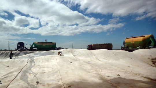 Bãi tro xỉ của Nhà máy Nhiệt điện Vĩnh Tân từng gây ô nhiễm môi trường khiến dư luận bức xúc Ảnh: LÊ TRƯỜNG