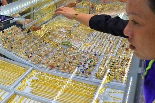 Dù giá vàng có biến động nhưng không xảy ra tình trạng người dân đổ xô mua như trước đây Ảnh: TẤN THẠNH