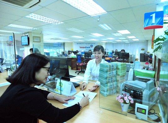 Khách hàng làm thủ tục nộp thuế điện tử tại VietinBank