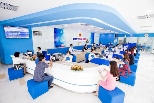 Khách hàng đến giao dịch và tìm hiểu chương trình tiết kiệm dự thưởng của VietBank