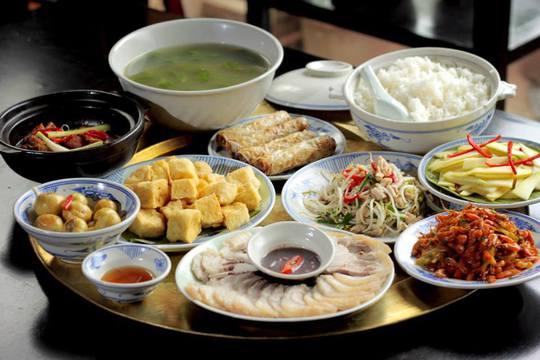Bữa cơm của người Việt thường rất ít rau. Ảnh minh hoạ