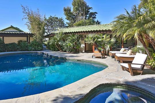 Khuôn viên rộng với hai bể bơi một người lớn, một trẻ nhỏ dành cho cả gia đình.