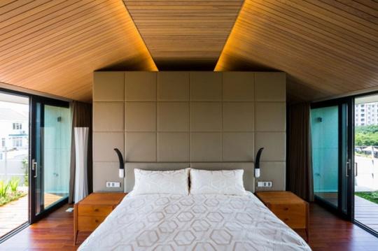 Phòng ngủ thiết kế đơn giản, hiện đại với mặt thoáng.