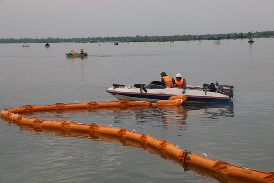 Khoang vùng không cho dầu lan sang các khu vực nuôi trồng thủy sản của người dân