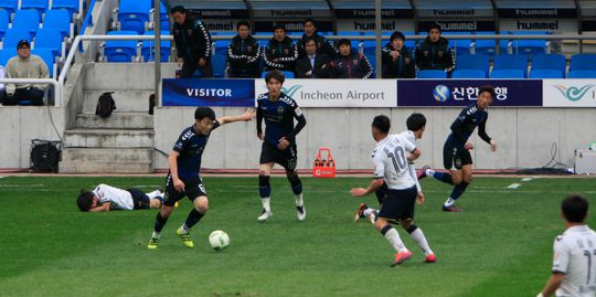 Xuân Trường tiếp tục chơi tròn vai trong chiến thắng 3-2 của Incheon United trước Pohang Steelers Ảnh: TIẾN ANH