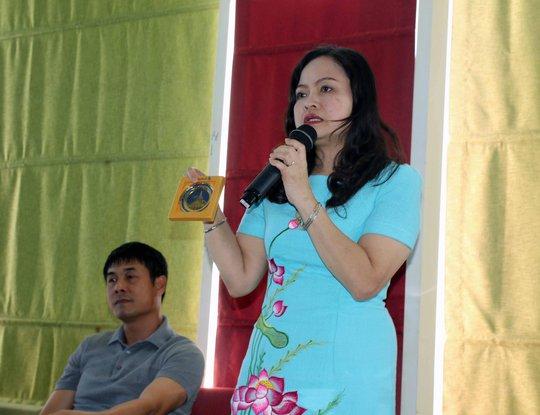 Đại sứ Luận Thùy Dương tặng đội quà lưu niệm mang biểu tượng Chùa Vàng Shwedagon Ảnh: NGỌC LINH