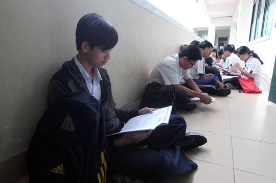 Thí sinh ôn bài trước khi vào phòng thi tại kỳ thi THPT quốc gia 2016 Ảnh: HOÀNG TRIỀU