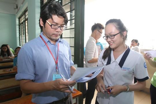 Kiểm tra hồ sơ thí sinh trước khi bước vào phòng thi trong kỳ thi THPT quốc gia 2016 Ảnh: HOÀNG TRIỀU