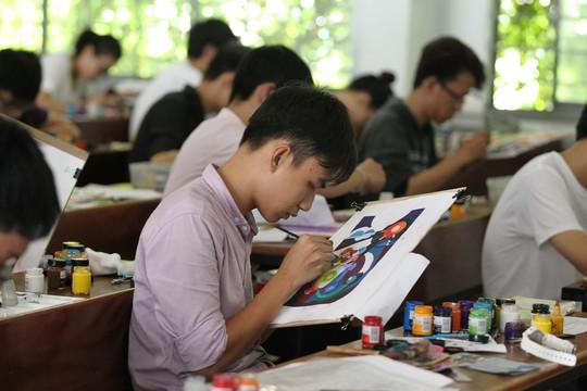 Thí sinh thi môn vẽ trang trí vào Trường ĐH Kiến trúc TP HCM năm 2016 Ảnh: HOÀNG TRIỀU