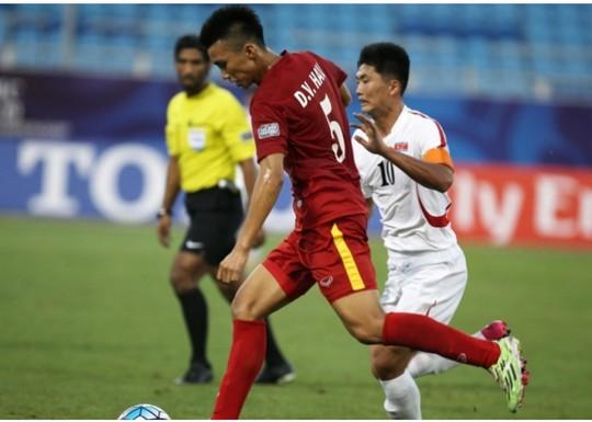 Văn Hậu trước khi tung cú sút xa ghi bàn thứ hai cho U19 Việt Nam Ảnh: AFC