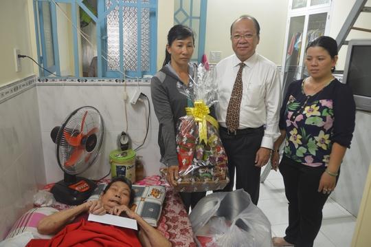 Ông Nguyễn Bửu Hội - Phó Tổng Giám đốc Công ty TNHH Phát triển Phú Mỹ Hưng, đại diện Ban tổ chức chương trình Đi bộ Từ thiện Lawrence S. Ting đến thăm gia đình chị Kim Chi
