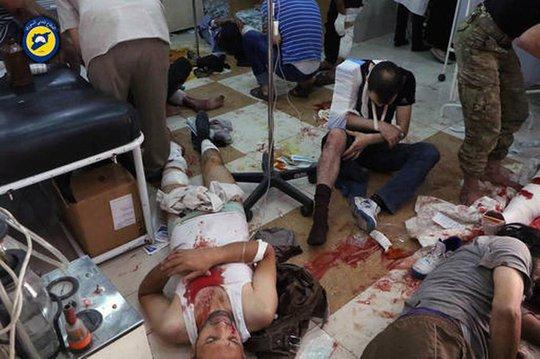Người bị thương chờ được chữa trị tại phòng khám địa phương sau một trận không kích ngày 24-9. Ảnh: AP
